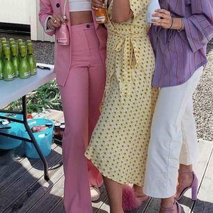 Jättefina rosa byxor från Zara! Kostade 600kr tror jag när jag köpte dem, men är slutsålda nu. Passar storlek M. Första bilden är lånad, hör av er vid frågor eller liknande🥰