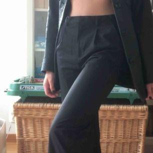 Mycket trevliga kostymbyxor!!! Kritstrecksrandiga (se sista bilden!) 🤠🤠 kan skicka fler bilder, bara att hojta till! Frakt tillkommer <33
