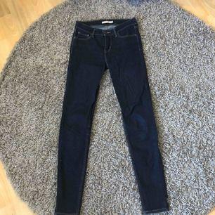 mörkblå jeans från levis i modellen 710 super skinny! suuupersköna och stretchiga jeans som sitter hur bra som helst! använda några fåtal gånger men är i helt perfekt skick fortfarande. köpta för ungefär 1100! eventuell fraktkostnad tillkommer ❤️