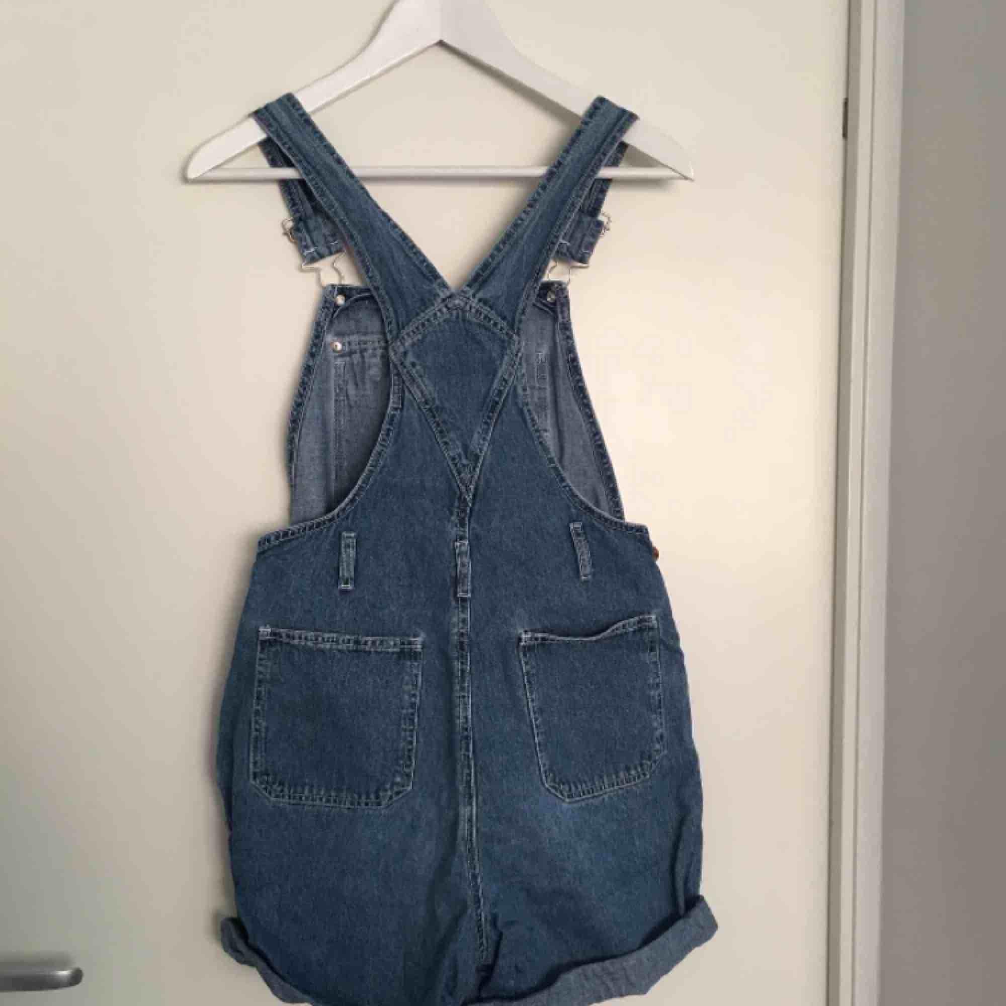 Hängslebyxor från beyond retro. Fint skick med spännband så passar XS-M. Jeans & Byxor.