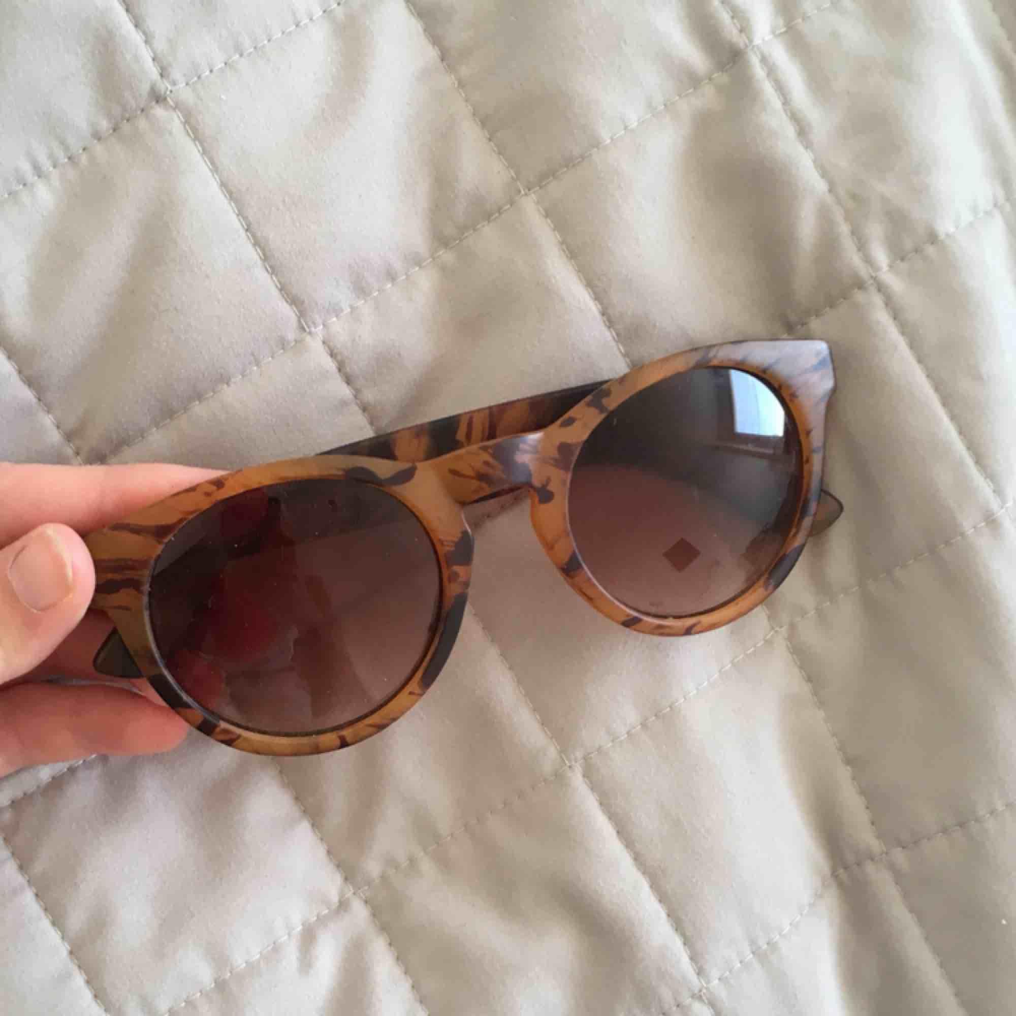 Knappt använda solgalsögon! Fint skick. Accessoarer.