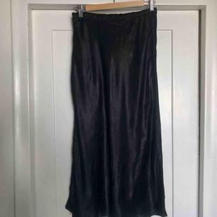 Svart midikjol från Zara, strl S, cirka 1.30 m lång. Sidenliknande glansigt tyg. Endast provad. Kan mötas upp eller frakt för 30kr.😊
