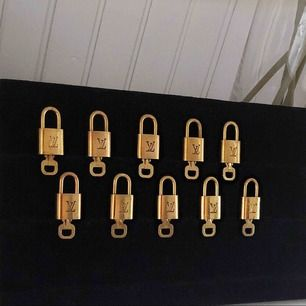 Säljer min LV lås nu Det är mycket fint skick på allesammans. Vid köp av alla kan priset diskuteras  Har ni funderingar så är det bara att fråga🔥  700kr för ett snyggt LV lås som du kan hänga på halsbandet eller ha som prydnad.