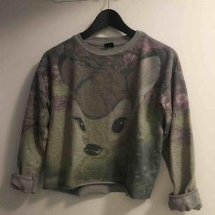 Croppad tröja med bambimotiv.