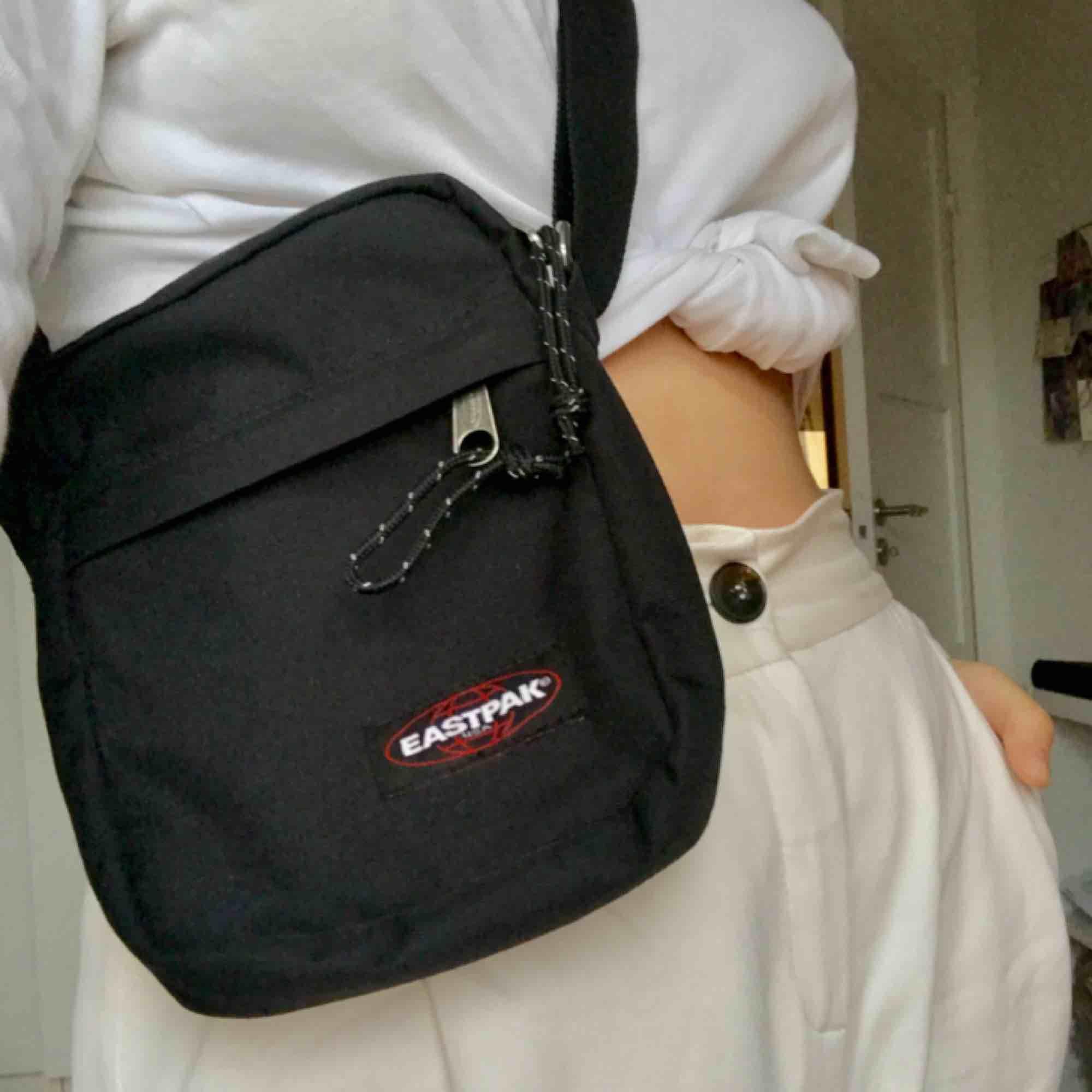 Eastpak väska i bra skick! Frakt tillkommer :). Väskor.