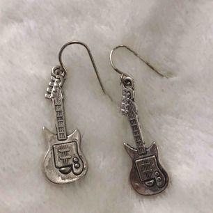 Super coola elgitarr smycken i silverfärg🎸🎸🎸 örhängen, halsband och nyckelring, 65 kr styck + frakt⚡️ har även samma fast med blixt berlock istället (se annan annons)