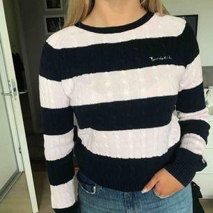 Ribbad mörkblå och ljusrosa tröja från bondelid. Frakt tillkommer