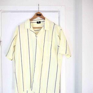 Ett ljusgul randigt set från SweetSktbs.  Skjortan är i L och shortsen i M.  Skjortan använd 1 gång, shortsen aldrig använda. ☀️ Säljer helst båda samtidigt som ett set.  Lite frakt tillkommer.