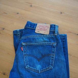 Vintage Levis jeans. Köpta på second hand💥 Schysst skick!  Modell: Låg midja, raka ben.  Midjemått: 33  Längd: 36  Frakt tillkommer :)