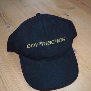 BOY MACHINE keps🌟  Text i glitter guld färg.  Oanvänd av mig.  Köpt secondhand⚡️