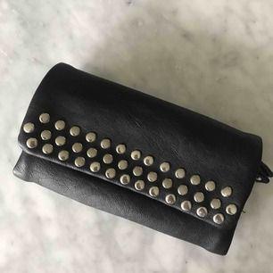 Svart plånbok med nitar. Frakt tillkommer