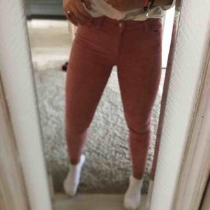 Säljer ett par rosa Manchester byxor pga att det inte är min stil så jag använder dom aldrig. Använt 1 gång, väldigt balla passar både S och M (Pris kan diskuteras)