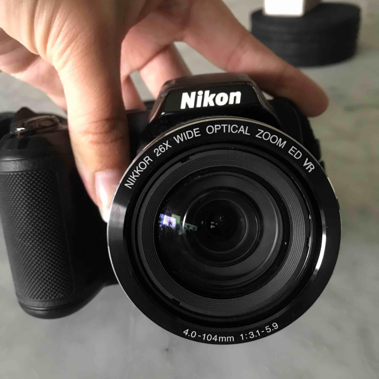 Nikon coolpix L330. Objekt: 26x optical zoom wide. Går på AA batteri som medföljer. Nackrem och linsskydd medföljer samt ert minneskort med 256 MB. Köpt för 1900 och säljer för 800 kr. Frakt tillkommer . Övrigt.