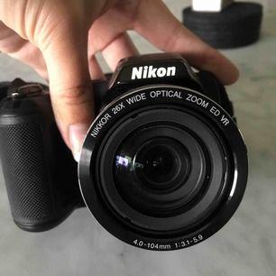 Nikon coolpix L330. Objekt: 26x optical zoom wide. Går på AA batteri som medföljer. Nackrem och linsskydd medföljer samt ert minneskort med 256 MB. Köpt för 1900 och säljer för 800 kr. Frakt tillkommer