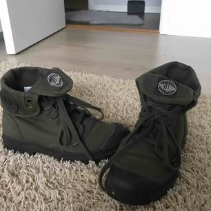 Mörkgröna palladium skor i bra skick. Frakt tillkommer