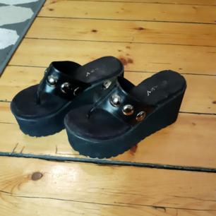 Superballa platå sandaler! Vet inte exakt vilken storlek men jag har vanligtvis någonstans mellan storlek 36-37 och dem passar mig perfekt. Sulan på ena skon lossnade baktill en gång men är limmat med epoxy lim så nu sitter det. Sista bilden visar hur det ser ut, men det är ju inget som märks värst mycket när de sitter på. Jag skickar inte utan kan mötas upp i Stockholm och tar swish eller kontanter, puss❤🖤