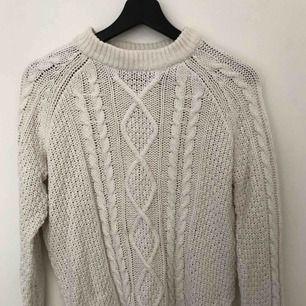 Grovstickad vit, mysig tröja från Monki. Använd endast ett fåtal gånger. Den är i mycket fint skick. Material: bomull