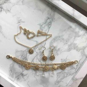 Trendiga guldsmycken som jag gjort själv! Kan köpas styckvis eller tillsammans. 50kr/st eller 120kr för alla. Fraktkostnaden är inräknad i priset🤩 HALSBANDET FINNS EJ KVAR!