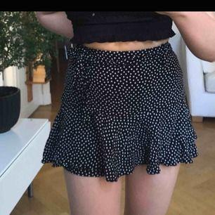 Kjol med små vita stjärnor från Zara köpt här på plick. Den har inbyggda shorts (bild 3) och även ett band man kan knyta runt midjan, frakt ingår i priset :) OBS! bilderna är lånade från förra ägaren ❤️