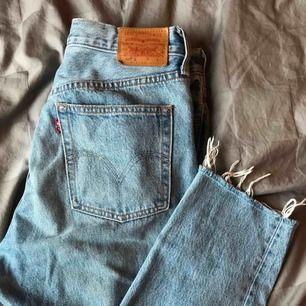 Säljer ett par jättefina Levi's jeans, dem sitter som storlek M och är superfina. Frakt kostar 63kr som är spårbar!✨