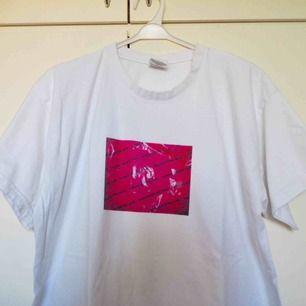 CustomMade tshirt av mig!  💞HUMANA SECOND HAND print 💞 Lite frakt tillkommer.  (Finns bara 1 sådan här tshirt).  KÖP!