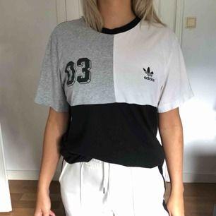Snygg adidas tröja, använd fåtal gånger. Köpt för att vara oversized men sitter snyggt på alla storlekar!  Frakt 50kr