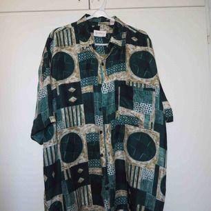 Fin second hand skjorta storlek L! Silkestyg, Luftig och tunn.  Använd fåtal gånger💚💚