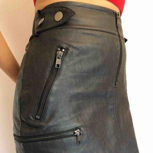En fakeläder kjol med dragkedjor som detaljer, inköpt från HM. Medföljer ett bälte. Använd fåtal gånger men säljes pga att den är för stor. Den är storlek 38 men passar även 40! Köparen står för frakt och tar gärna emot swish☺️