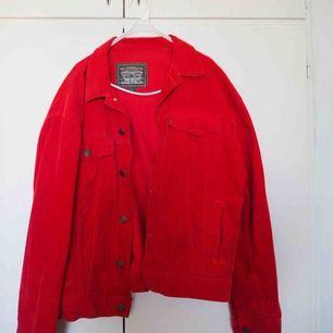 Tuff Levis Manchester jacka ❤️ Använd fåtal gånger. Köpt på Plick.  Midjekort jacka (rymlig men kort för att vara L) snarare bred än lång i modellen.  Frakt tillkommer.