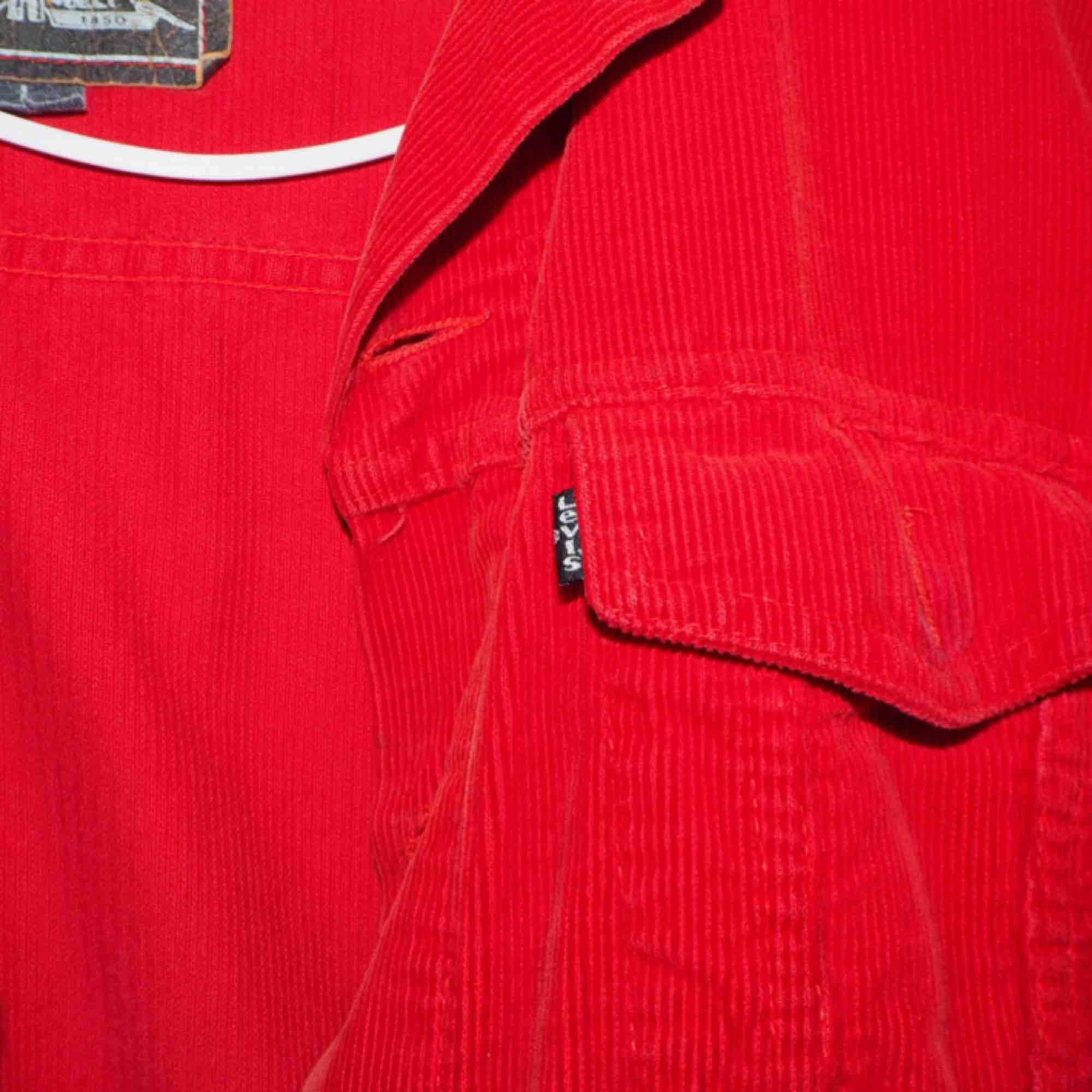 Tuff Levis Manchester jacka ❤️ Använd fåtal gånger. Köpt på Plick.  Midjekort jacka (rymlig men kort för att vara L) snarare bred än lång i modellen.  Frakt tillkommer. . Jackor.