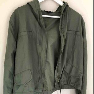 Detta är en snygg jacka/kofta som är fin till hösten men den gröna färgen😊 den är i storlek L men passar på M och S efter som jag kan ha den och jag är S, en går också att knyta ner till så man får in midjan💓