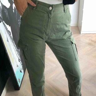 Högmidjade militär gröna byxor, snygga och i bra skick!💓