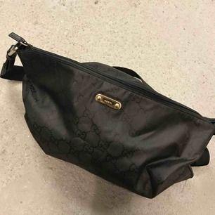 Gucci bag (äkta) axelväska i perfekt skick, köpt på ebay från authenticized seller och ser helt oanvänd ut. Vet inte vad modellen heter men säljs online från 1500 kr i second hand skick. Mäter 47 x 33 cm, har fler bilder! 💋