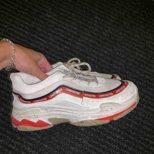 såå snygga skor! tyvärr för små för mig :/ storlek 39 men känns som storlek 37. Använda någon gång bara <3