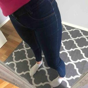 Väldigt fina mörk blåa Jeans från LEVIS.Använda fåtal gånger och väldigt bra skick,Frakt 55 kr💞💞TAR SWISH