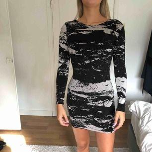 Svart/beige klänning från hm med öppen rygg, frakt 50kr