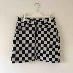 Supersnygg och cool kjol! Använd 1-2 gånger! Passar även en S, priset är inkl frakt