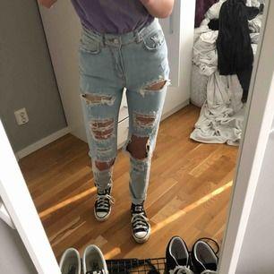 Håliga Jeans från Never Denim🤩 Aldrig blivit använda pågrund av att de inte riktigt är min stil. Är i Nyskick.  Nypris: 600kr 😇 Möts upp i Umeå annars kostar frakten 72kr💕