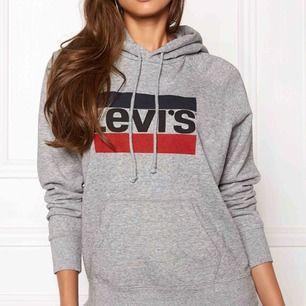 En grå Levis hoodie storlek M så om man är s är det perfekt om man gillar lite större. Köptes för 700kr och är använd ett fåtal gånger. Säljer för 200kr +frakt
