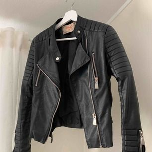 Moto jacket från chiquelle. Väldigt fint skick, använd ett fåtal gånger och är i färgen svart. Ordinariepris 699kr