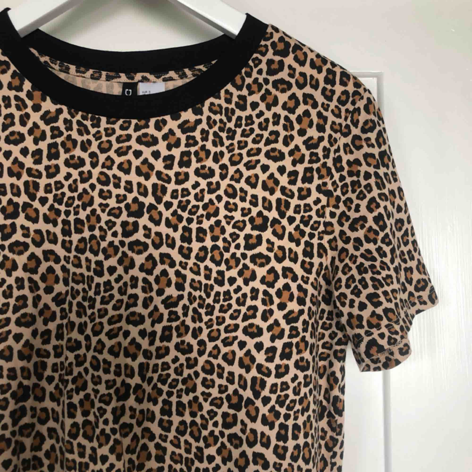 Leopardtshirt från HM. Helt ny. Färgen stämmer mest överens på bild 1 och 2.  Kan mötas upp eller skicka för 30kr.😊. T-shirts.