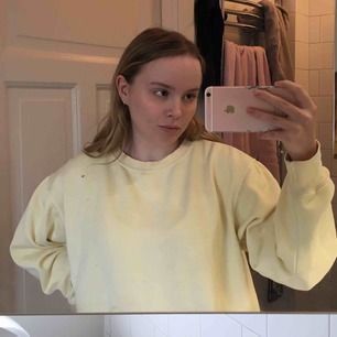 Så fin pastell gul tröja som tyvärr inte kommer till användning längre 😢 använd men är i bra skick 🌸