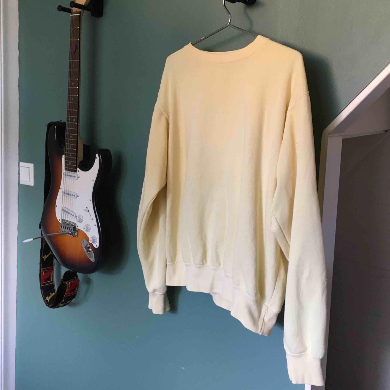 Så fin pastell gul tröja som tyvärr inte kommer till användning längre 😢 använd men är i bra skick 🌸. Tröjor & Koftor.