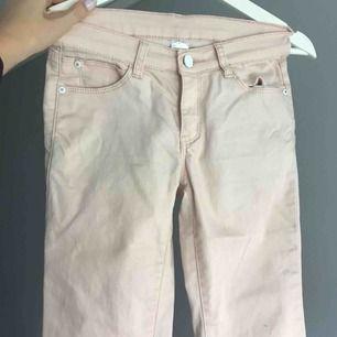 Väldigt fina Beige/Rosa jeans från Ellos,Använda en del men väldigt fint skick,Frakt 50kr💞💞TAR SWISH
