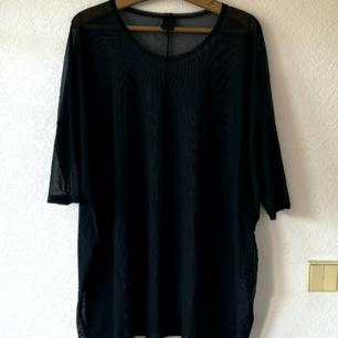 Monki, t-shirtklänning i mesh, strl: ONE SIZE, svart Köpare står även för fraktkostnaden.