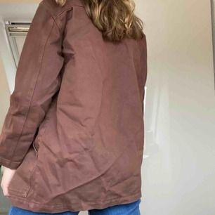 En oversized brun jeansjacka från NA-KD, står stl 34 i den men den är mer som en oversized 36. Skriv för mer bilder, frakt är inkluderad i priset.