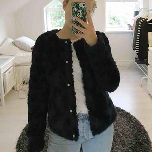 Jättefin mörkblå fuskpälsjacka från Vero Moda. Bild 2 visar färgen på jackan tydligare! Den är ganska tunn i materialet så den passar perfekt till hösten och våren, frakt ingår i priset :)