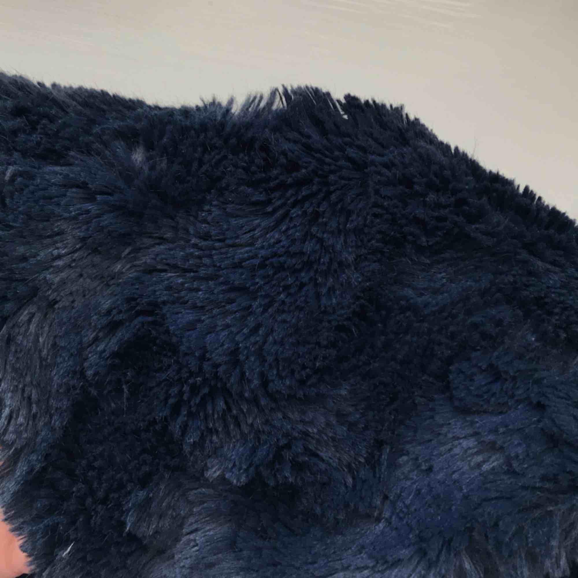 Jättefin mörkblå fuskpälsjacka från Vero Moda. Bild 2 visar färgen på jackan tydligare! Den är ganska tunn i materialet så den passar perfekt till hösten och våren, frakt ingår i priset :). Jackor.