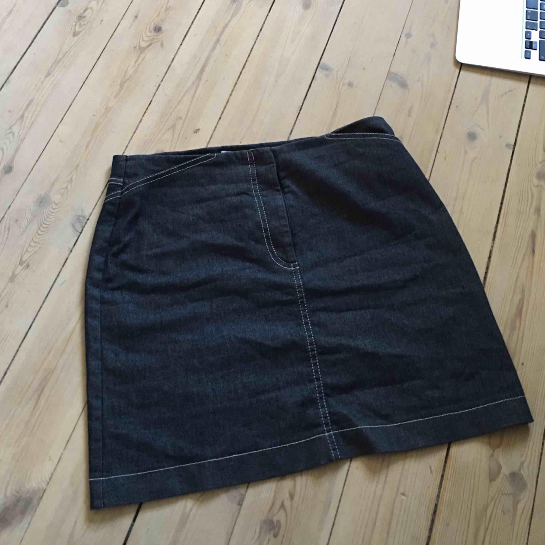 Jeanskjol från gamla hm. Säljs då jag inte använder den längre 🌸. Kjolar.