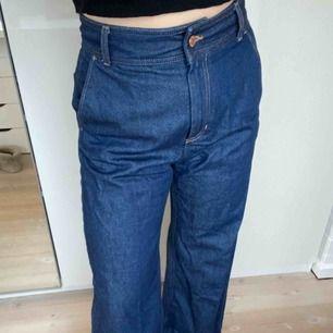 Mörkblå utsvängda högmidjade jeans från Weekday, aldrig använda. Skriv för mer frågor eller bilder, frakt tillkommer.